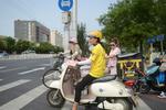 送外卖交通事故高发 送餐车上路违法将严管