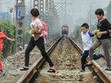 成都数百学生横穿铁路上下学