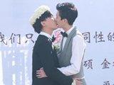 两男子婚礼跳广场舞讨好岳母