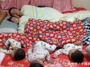爸爸和女儿儿子睡觉,每天都是这样的景象,网友:地位相差太多!