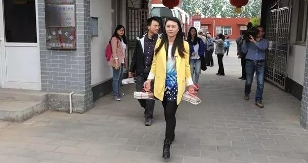 王秋总编与牵手主持人奕丹一道送文化进乡村