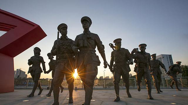 军博的展览:党领导的人民军队像凤凰 从危难中涅槃