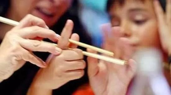 幼儿园不再提供勺子 用筷子不妨顺其自然