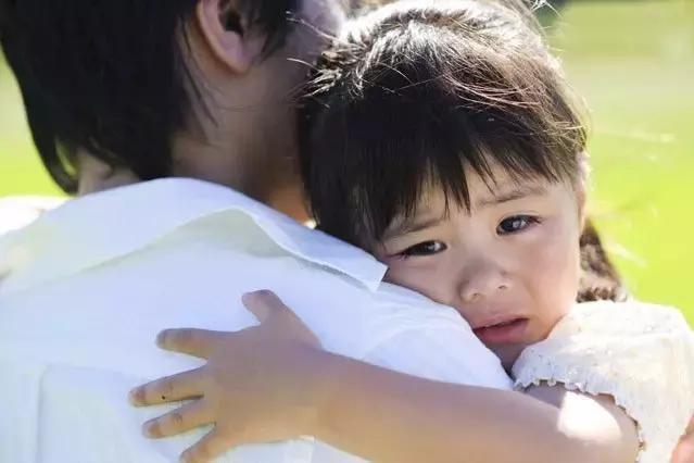 但是,婷婷并非是因为飞机卡住了就大哭,其实在玩飞机时,其他小孩子都