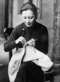 1938年4月宋美龄在汉口为抗日将士缝制