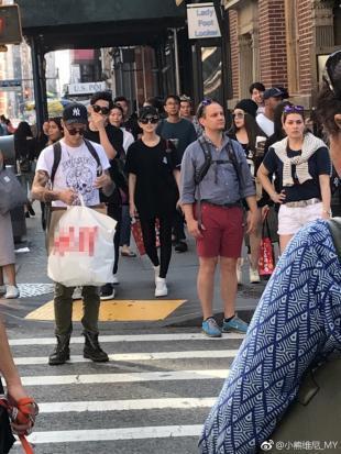 周杰伦昆凌纽约街头被偶遇 一起逛街恩爱相随