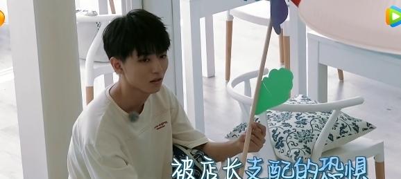 <b>梳头姐弟揽客却想偷懒,王俊凯假装看见黄晓明,杨紫的反应很真实</b>