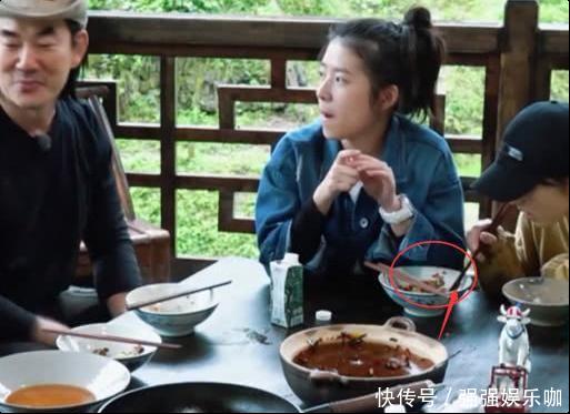 张子枫偷吃何蓝逗的剩菜,真实原因引网友热议,导演都看懵了!