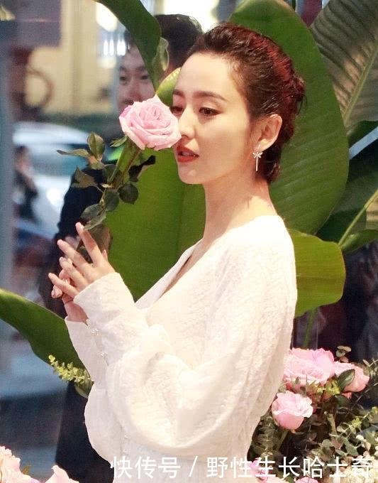 人比花娇!佟丽娅穿白裙美若仙子,同鲜花比美
