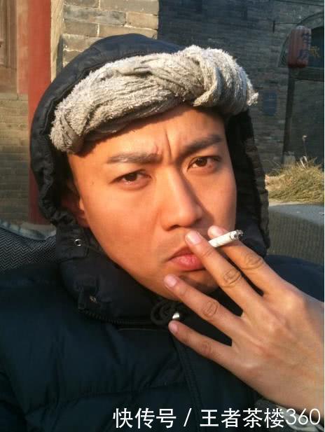 娱乐圈爱好抽烟的明星,张嘉译不光抽雪茄,他最爱的还是软中华!