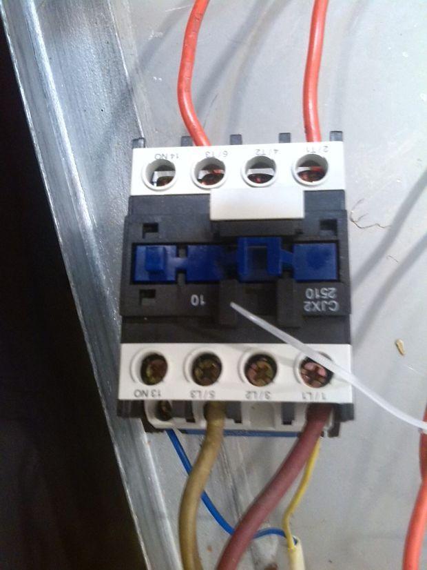 只有这两个电器元件连接,首先将电源主线连接好、接触器主触头(常开)点、连接加热棒,从电源线L火线引出电源线、连接温控器的一脚、温控器的另一脚连接至接触器的工作线圈、接触器的工作线圈另一端连接回路,就可以了,---------