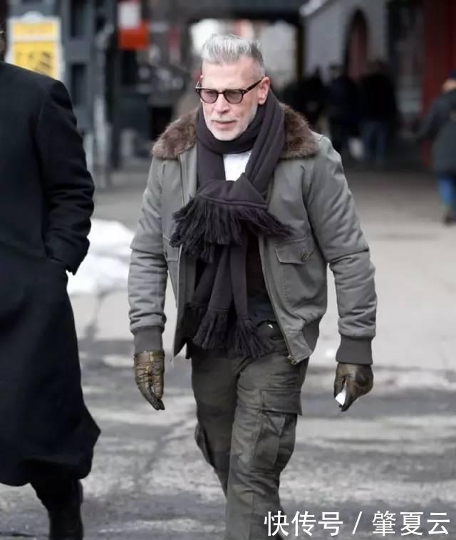 建议男人:牛仔裤不要配运动鞋!香港人都这样打扮,特别有型体面