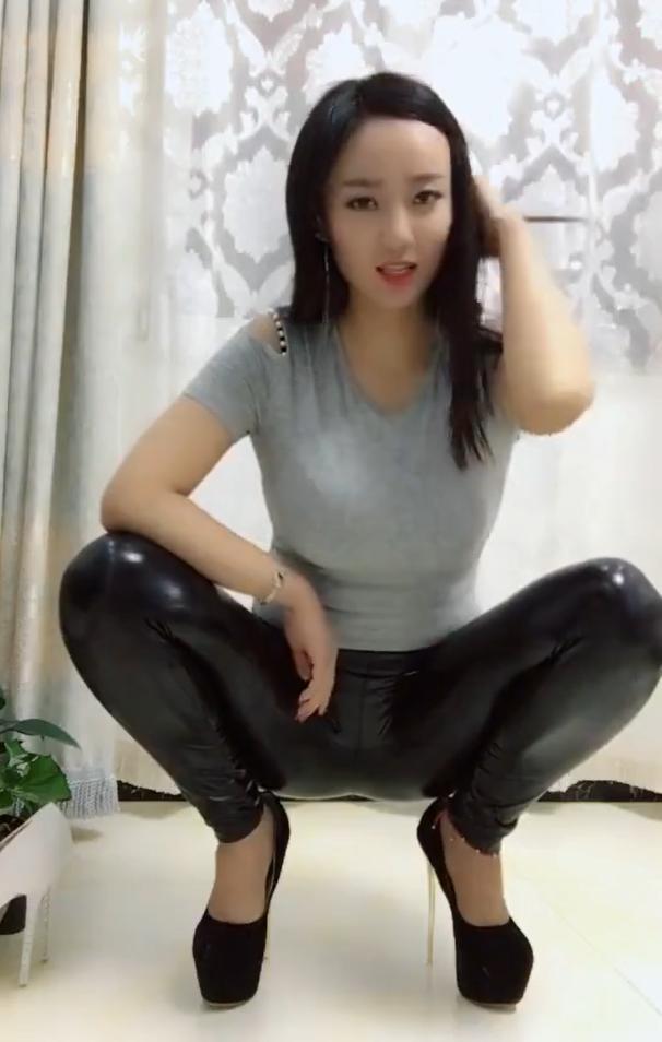 黑皮裤搭配二十公分的高跟鞋,看到小姐姐蹲着,网友:别