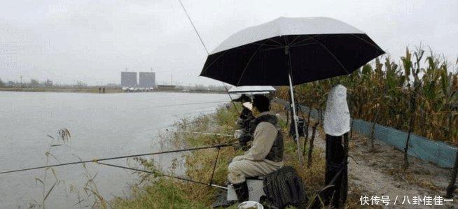 男子花35元去钓鱼, 傻坐了一天却只得了一条鱼, 老板看到后脸都绿了