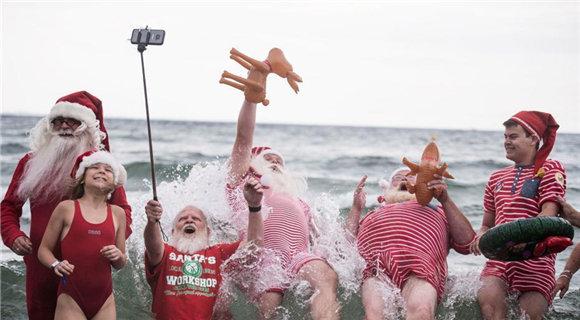世界各地圣诞老人聚集丹麦 参加夏季大联欢