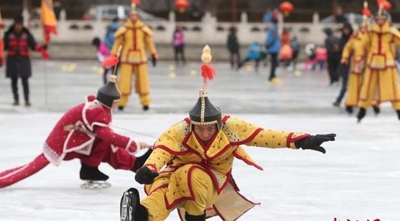 北京什刹海冰雪嘉年华 现传统冰蹴球表演