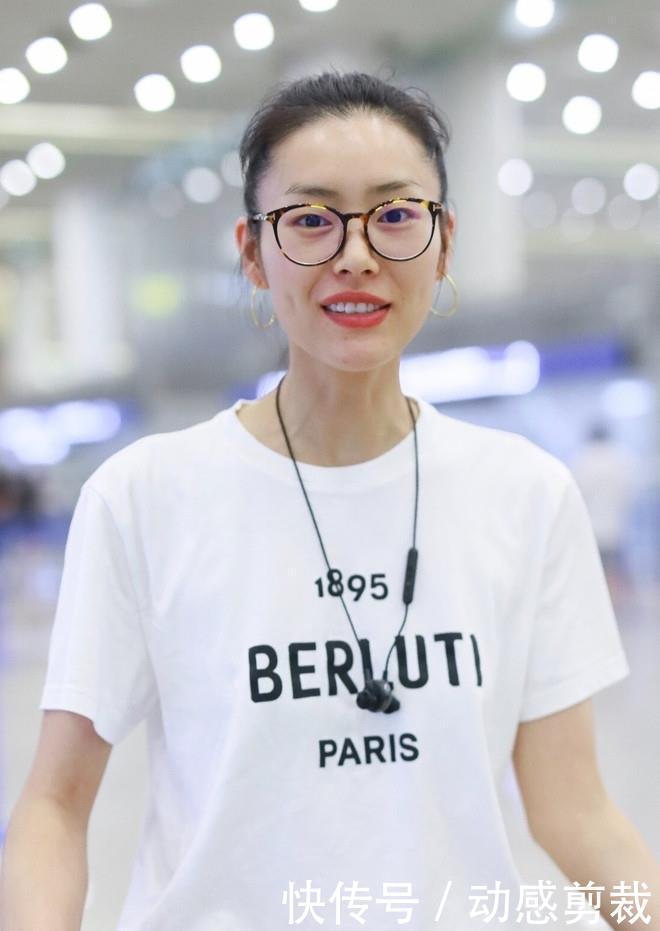 刘雯穿一身经典搭配现身机场,显高又显瘦,这种T恤太适合夏天了