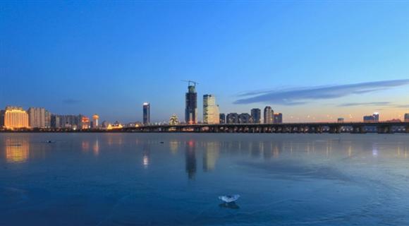 松花江封江 冰面如镜倒影冰城夜景