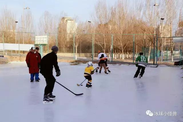 秦皇岛没有室内冰场,冬天留冰时间短,所以能一起畅快滑冰的时光对冰
