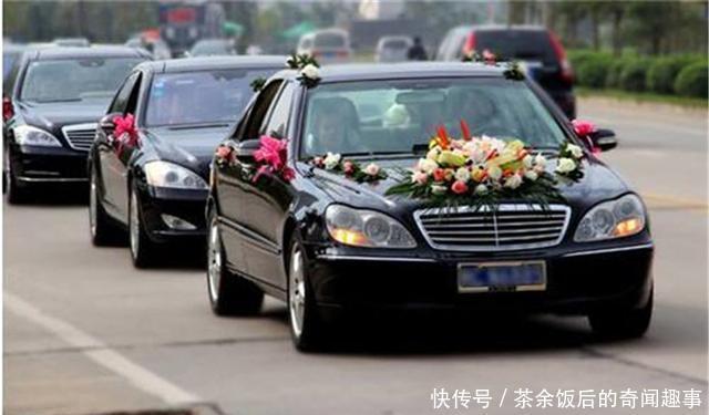 爸爸借车给同学结婚,车还回来后,发现一个红包,打开后爸爸傻了