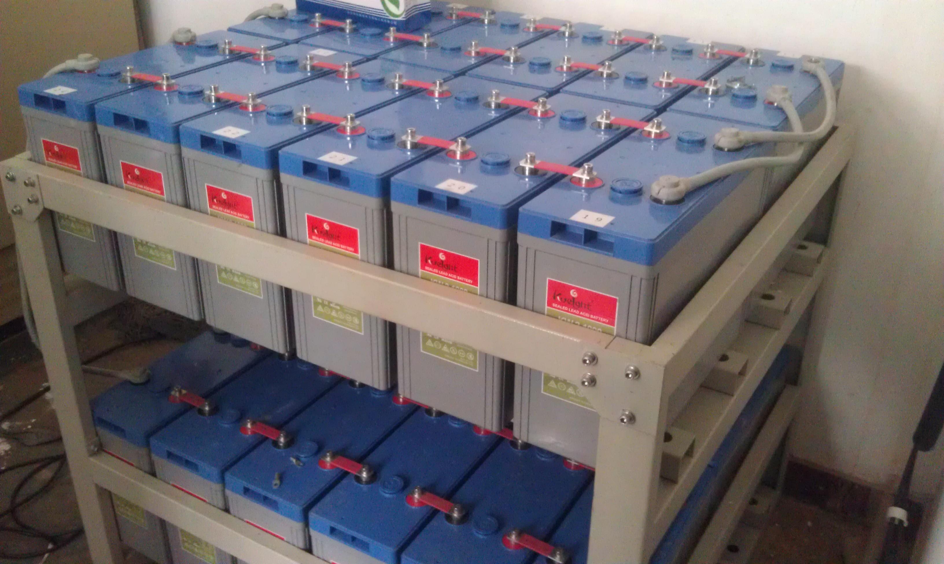 使用环境与安全 铅酸蓄电池使用在自然通风良好,环境温度最好在2510的工作场所。 铅酸蓄电池在这些条件下使用将十分安全:导电连接良好,不严重过充,热源不直接辐射,保持自然通风。 安装注意事项 蓄电池应离开热源和易产生火花的地方,其安全距离应大于0.5m。 蓄电池应避免阳光直射,不能置于大量放射性、红外线辐射、紫外线辐射、有机溶剂气体和腐蚀气体的环境中。 安装地面应有足够的承载能力。 由于电池组件电压较高,存在电击危险,因此在装卸导电连接条时应使用绝缘工具,安装或搬运电池时应戴绝缘手套、围裙和