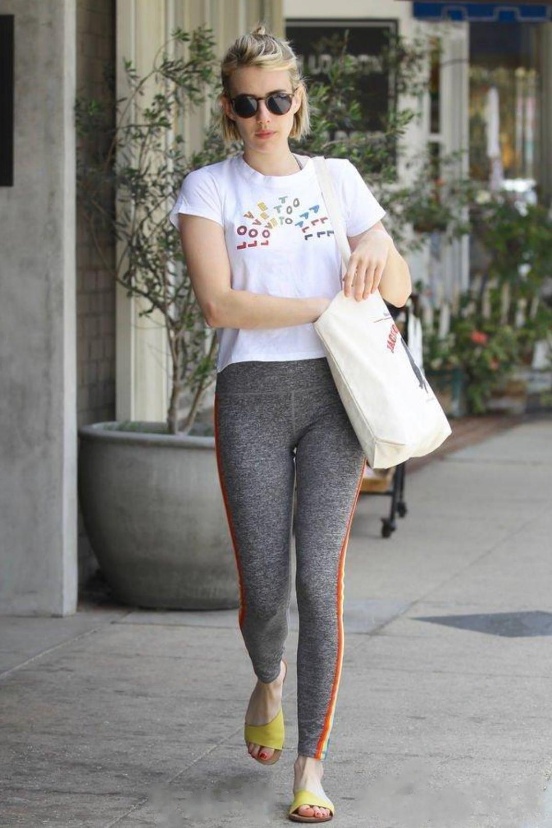 健身的女生穿紧身裤更能凸显自己的傲人曲线!