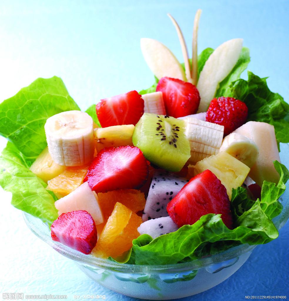 水果沙拉,一款制作型的动作类小游戏。你知道吗?主要用水果做材料做成的沙拉就是水果沙拉。今天我们请来美女厨师教我们如何制作水果沙拉,可别以为是家常的那种做法哦,在这里你连沙拉酱的制作方法都可以学得到呢。心动不如行动,一起来学学吧!