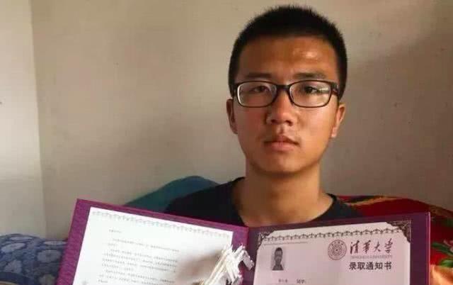 <b>18岁小伙高考676分被清华录取,手捧录取通知书,却笑不出来</b>