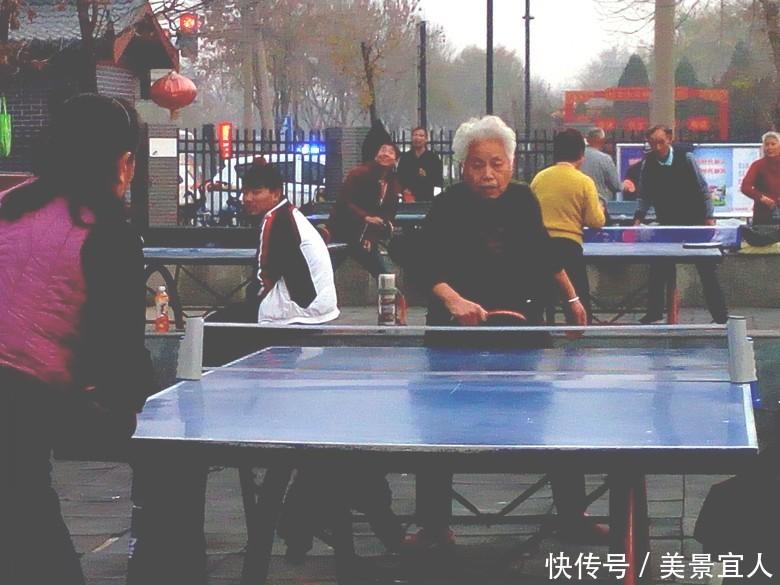 别说自己老了!近八旬白发老太打乒乓身体倍棒不亚于年轻人!