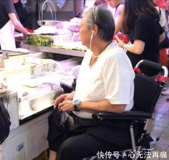 """洪金宝获奖后首专访,解释""""坐轮椅""""原因,对任达华遇刺很愤怒!"""