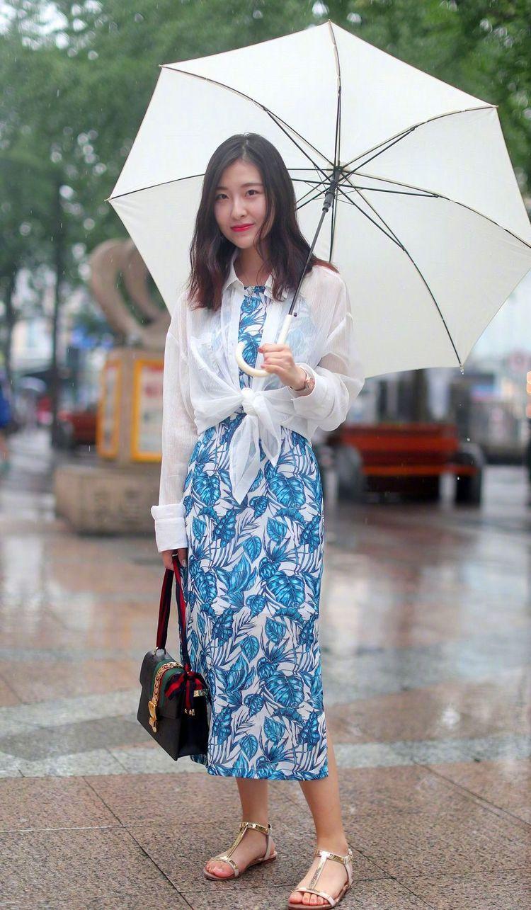 街拍:小姐姐一件黑色的休闲西装搭配黑白色格子裙,很有少女范插图(7)