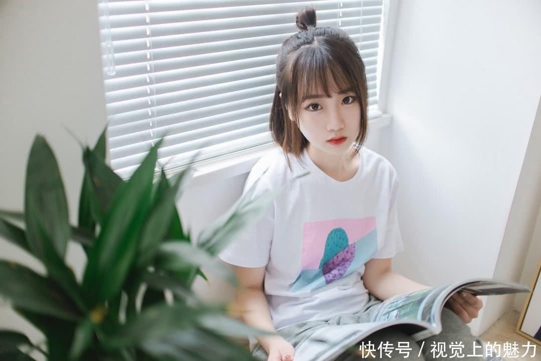 00后清纯的白皙美女,日系丸子头可爱居家写真照片!