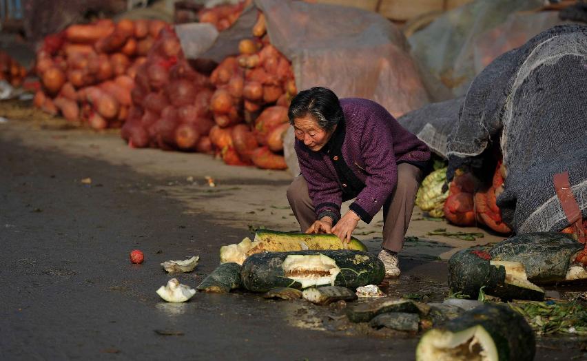 老人在菜市场捡菜回家吃 为生存也为不拖累孩子 - 苦中求乐 - 苦中求乐的博客