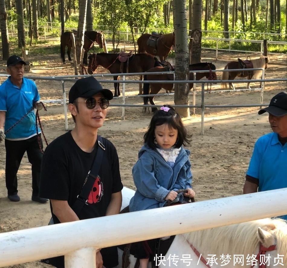 张丹峰洪欣一家三口逛动物园, 4岁女儿张晞彤