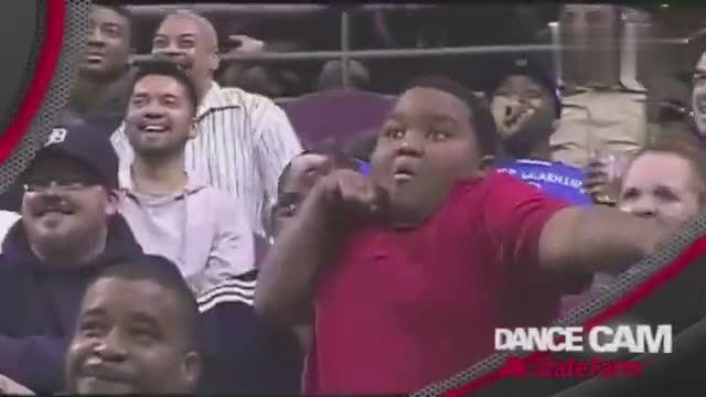 黑人小胖和保安哥斗舞~这个小胖太魔性,表情丰富图片