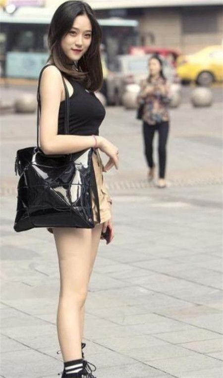 街拍:性感可爱的小姐姐,走路自带气质,凸显女神的魅力