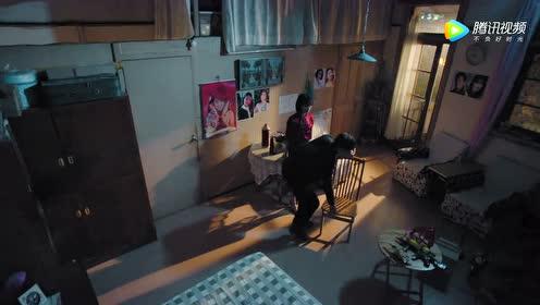 过分了!陈也帮苏娜换灯泡,她主动贴上去不让人家走