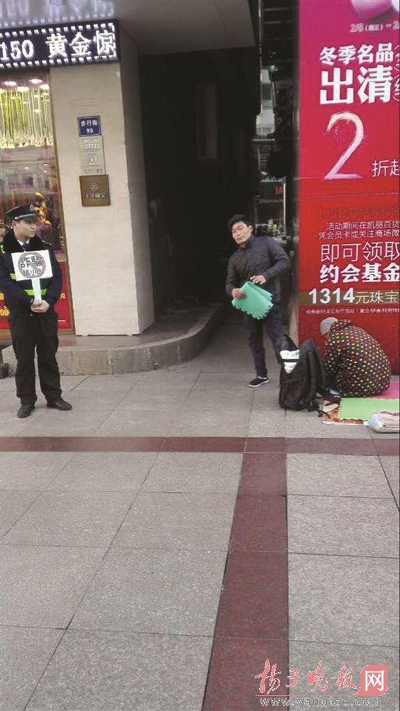 【转】北京时间      男子跪地乞讨 城管协管员一旁举牌:诈骗请小心 - 妙康居士 - 妙康居士~晴樵雪读的博客