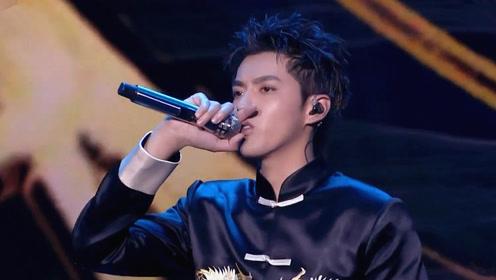 不愧是《中国新说唱》最严格导师,吴亦凡一身唐装唱《天地》,气场超强