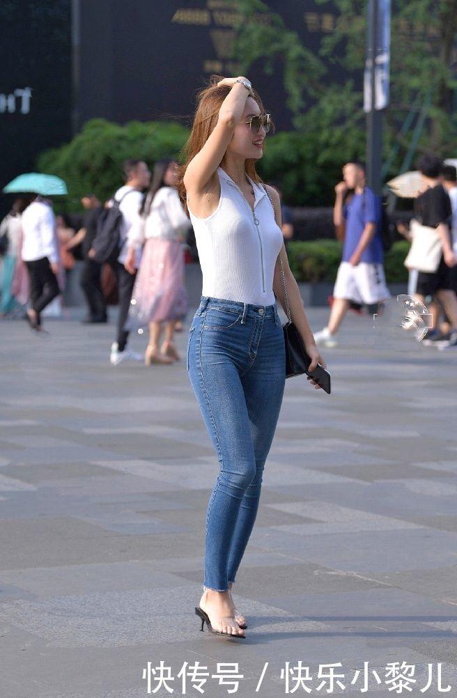街拍:腿长的姑娘爱穿牛仔短裤,不浮夸不张扬一样很时髦