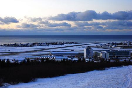 机场是冰岛航空公司和冰岛鹰航空公司的总部基地.
