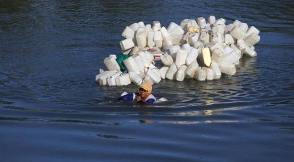 印尼女子背200个空壶逆流而上 为社区打干净的水