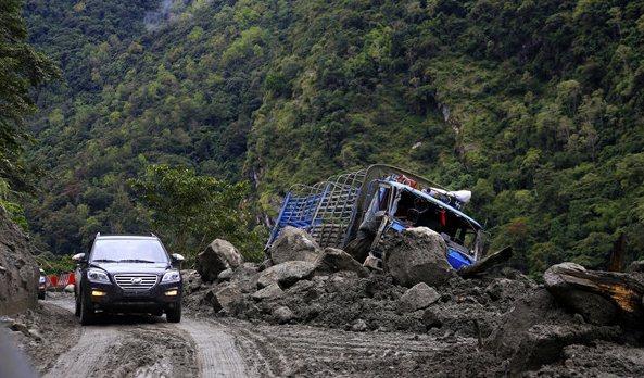 险象环生的墨脱公路 力帆三款新车驶入中国最后一个通公路