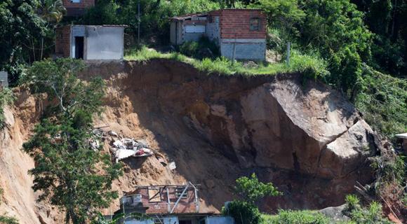 巴西发生山体滑坡事故 山石滚落砸倒民房