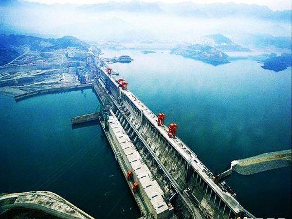 简介     三峡观坝风景区位于三峡大坝下游南岸海拔690米的九龙湾山