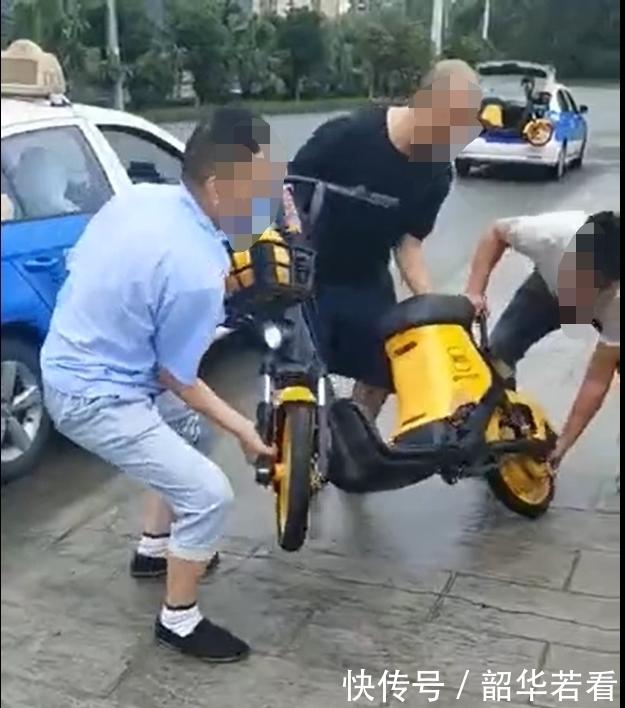四川广汉出租车司机将共享电动车扔进河道公安:4名嫌疑人涉嫌寻衅滋事