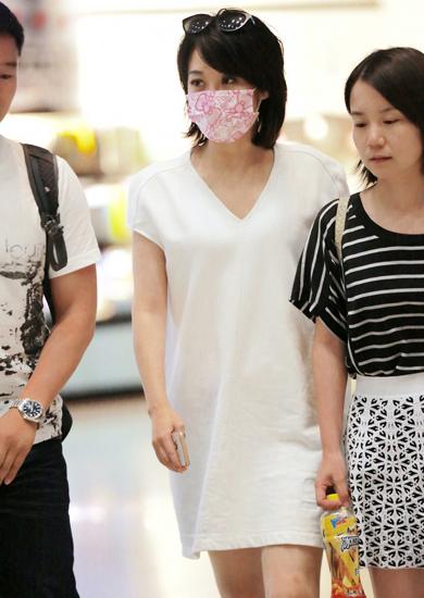 许晴现身机场口罩遮面