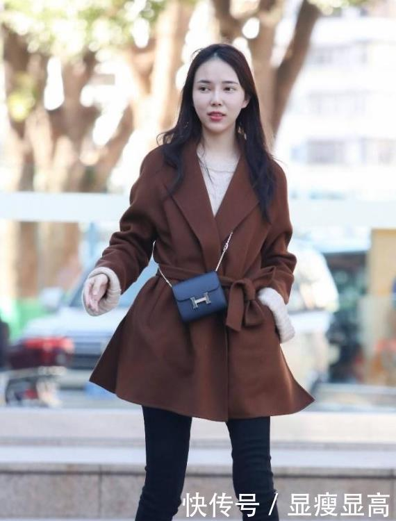 街拍:貌若天仙的小姐姐,一条纱质连衣裙,时尚优雅女神魅力