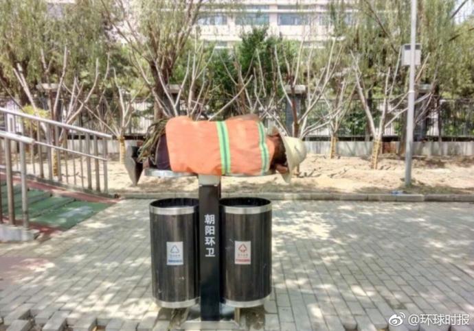 【转】北京时间      心酸!绿化工人没地方休息躺在垃圾筒盖上睡着了 - 妙康居士 - 妙康居士~晴樵雪读的博客
