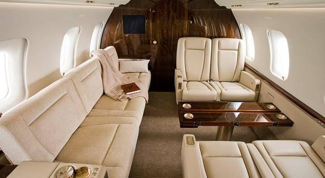 巧合的是,赵本山的私人飞机也是挑战者850,而他本人与辽足的恩恩怨怨更是当年人们茶余饭后谈资。 然而,买飞机贵养飞机更烧钱,以王健林的湾流G550为例,一年的维护费用至少上千万元。虽然大佬们购买飞机,但却没有运营权和管理权,他们需要委托专业的公司托管飞机,一年的托管费用在500万元左右。 此外,还需要支付运营费用,这笔费用依据协议具体协商,一年使用300个小时的费用大约为1800万元-2000万元。还需支付机组人员的费用。一名机长的工资在2500—3000元/小时,副机长在1500-2000